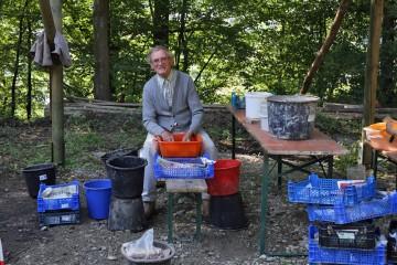 Valentin hält auch in diesem Jahr der Grabung die Stange. Er hat das Scherbenwaschen unter seine Fittiche genommen.