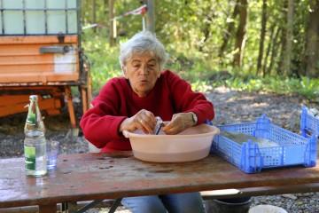 Jenny gelang das Kunststück, mit ihrer Bürste auch die kleinsten Scherbe gründlich zu säubern.