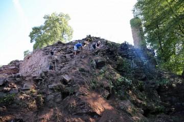 Putzen im Nordwesteck der Ringmauer - eine Arbeit für Schwindelfreie