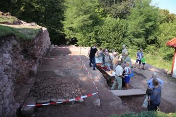 Anlässlich des Grabungsfestes am Tage des Offenen Denkmals nutzten zahlreiche Besucher die Möglichkeit, sich persönlich ein Bild über die neu aufgedeckte Ringmauer zu machen.