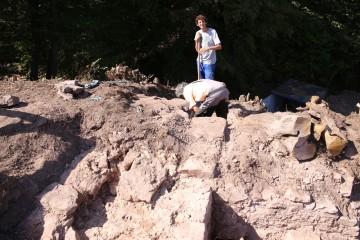 Lukas unterstützt uns beim Säubern eines Teils der westlichen Ringmauer.