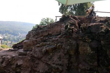 Große Überraschung: Vor Anlage der Ringmauer stand auf dem Burghügel bereits eine viel kleinere Burganlage. Dies zeigt sich am neu aufgedeckten Mauerausbruch in Bereich des Mainzer Baus.