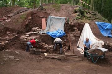 Aufgrund der starken Ausbrüche fällt es schwer, die Kellermauern als solche zu erkennen.