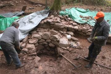 Zum Abschluss der Grabung wurde heute der Brunnen ausgenommen. Bei 1,50 m Tiefe war dessen Sohle erreicht.