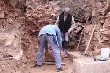 Schwere Steine wurden auf altertümliche Weise aus dem Schnitt gerollt.
