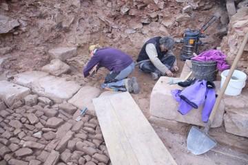 ... am letzten Grabungstag wurde noch das dahinterliegende Pflaster gesäubert.