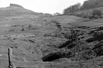 Bieberer Burgberg um 1920. Deutlich zu erkennen sind die Spuren der Erzbergbaus.