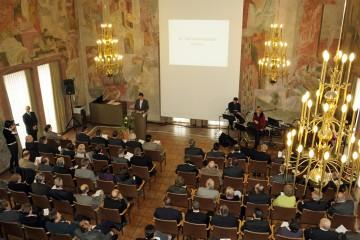 Blick in den voll besetzten Saal des Aschaffenburger Rathauses