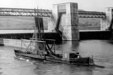 """Die Mainfischer nutzten einen Schiffstyp, der """"Aalschocker"""" genannt wurde - hier vor der neuen Schleuse."""