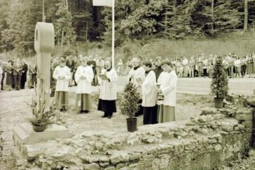 Segnung des neuen Bildstocks neben den archäologischen Überresten des Klosters Mattsatt im Jahr 1984.