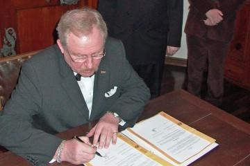 Die Unterzeichnung des Kooperationsvertrages durch Bruno Forster, Kanzler der Universität Würzburg