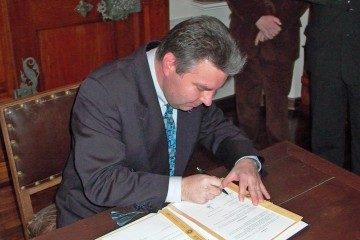 Die Unterzeichnung des Kooperationsvertrages durch Gerhard Ermischer, Vorsitzender des Archäologischen Spessartprojektes
