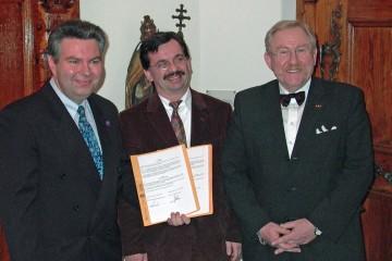 Die Vertragsparter Dr. Gerhard Ermischer, Prof. Dr. Helmut Flachenecker und Bruno Forster, Kanzler der Universität Würzburg (vlnr.)