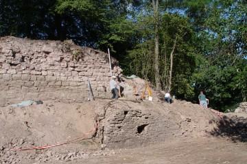 Nach Abschluss der Dokumentation war die südliche Ringmauer etwa zur Hälfte sichtbar.