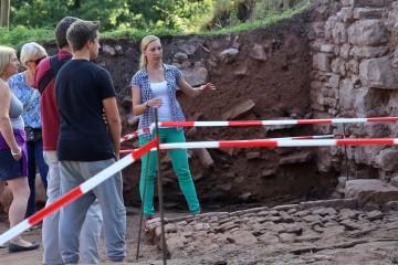 Bianca führt Interresierte beim Tag des offenen Denkmals über die Grabungsfläche.