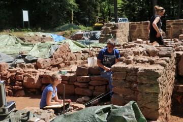 In die Grabungen auf den Kloster Elisabethenzell bei Rieneck waren zahlreiche freiwillige Helfer eingebunden.