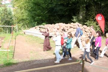 """Die Besucher wurden im """"historischen"""" Gewand über die Grabung geführt."""