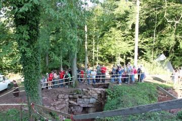 Eigens für die Führungen hatte der Bauhof eine kleine Brücke über die Grabungen gebaut.