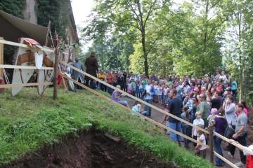 Zuschauerandrang bei der Vorführung mittelalterlicher Waffen