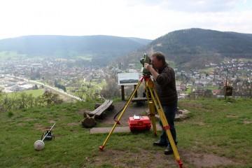 Vor den eigentlichen Grabungsarbeiten wird auf dem Gotthardsberg ein Messnetz angelegt.