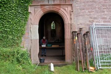 Während es draußen regnet, werden in der ehemaligen Kirche die Funde gewaschen.