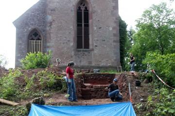 Die verputze Mauer westlich der Kirche wird fotofein gemacht.
