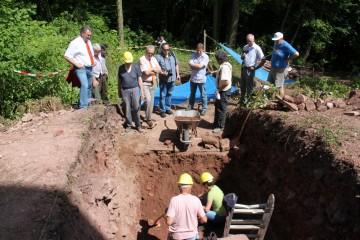 Die beiden Bürgermeister aus Amorbach und Weilbach informieren sich vor Ort über den Fortgang der Grabung.