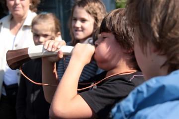 Beim Besuch einer Weilbacher Schulklasse wird auch die mittelalterliche Vuvuzela ausprobiert.