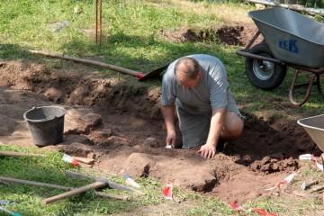 Hans legt die Fundamete eines spätmittelalterlichen Pferdestalls frei. Dieser befand sich ursprünglich nördlich der Kirche.