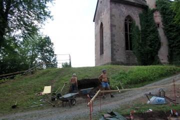 Die Grabung rückt der Kirche immer näher.