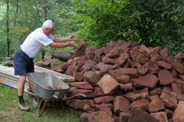 Erst gegen Grabungsende wurde klar, dass wir unseren Steinhaufen direkt über einem Geocach-Punkt aufgetürmt haben.