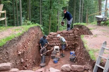 Die Nordmauer wird bis zur Unterkante ihres Fundaments freigelegt.