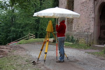 Nun gilt es: Um rechtzeitig fertig zu werden, muss Johanna trotz Regens weitervermessen.