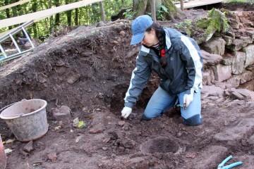 Wie immer kommen in den letzten Tagen die interessantesten Funde zu Tage: Hier ein kleiner Sandsteinmörser.