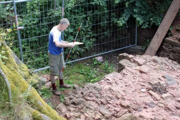 Thomas beim Vermessen der Gewölbekappe des westlichen Kellergewölbes