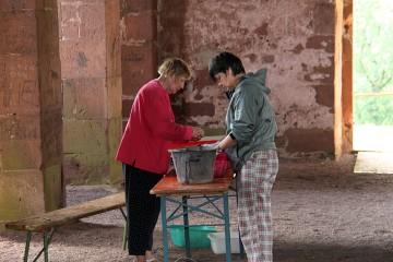 Wie im letzten Jahr kümmert sich Anneli geduldig um die Funde.