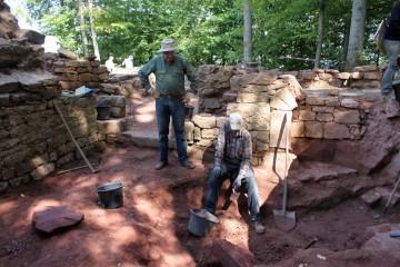 Fritz und Walter entdecken im Gewölbekeller neue Strukturen.
