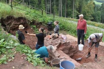 TV-Touring aus Würzburg zu Besuch auf der Grabung