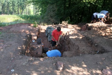 Unterbrechungen und Auskragungen belegen, dass die Nordmauer des Klosters doch nicht so einheitlich war wie ursprünglich vermutet.