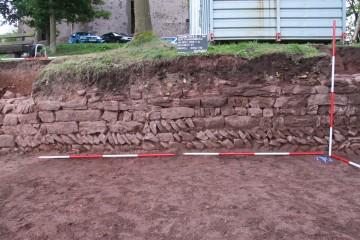 Die burgzeitliche Mauer war teilweise in Fischgrätentechnik errichtet worden.