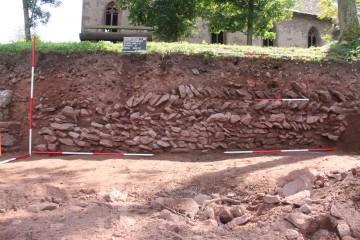 Nach Osten war die burgzeitliche Mauer weitgehend ausgebrochen.
