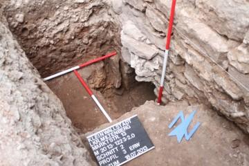 Eine Nische am Kellerabgang war mit Keramik des 17. Jahrhunderts verfüllt.