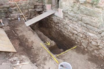 Eine von der Baugrube angeschnittene Bestattung lässt vermuten, dass das Areal vor seiner Bebauung als Friedhof genutzt wurde.