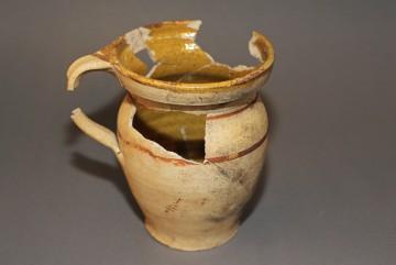 Innen gelb glasierter Henkeltopf, Untermain, 17. Jahrhundert