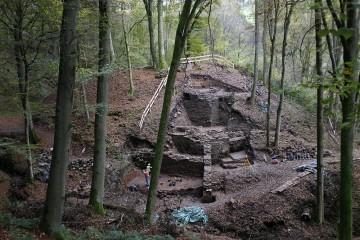 Blick auf die freigelegten Strukturen der Burg Hauenstein, kurz vor Ende der Ausgrabungen.