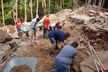 Ehrenamtliche Helfer während der Ausgrabungen auf der Altenburg
