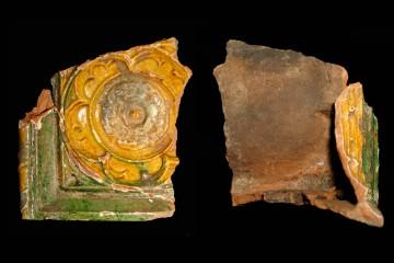 Über Eck geführte Blattkachel mit Rose von der Domschulstraße in Würzburg, H. 15,5 cm Br. 15,0 cm