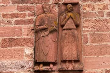 Die beiden figürlichen Steinplatten über dem Eingangsportal stammen aus der ersten Hälfte des 13. Jahrhunderts.