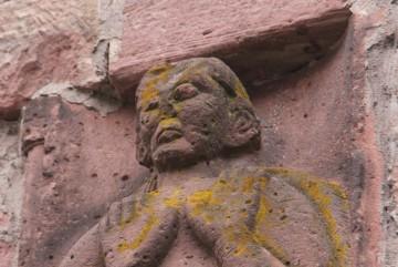Der noch erhaltene Kopf der rechten Figur weist frapierende Ähnlichkeiten mit dem Fragment von der Burg Wildenstein auf.