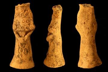 Kruselerpüppchen von der Wüstung Stubach bei Steinau an der Straße, um 1360, Fd.-Nr. 264, H. 7,7 cm Br. 3,0 cm